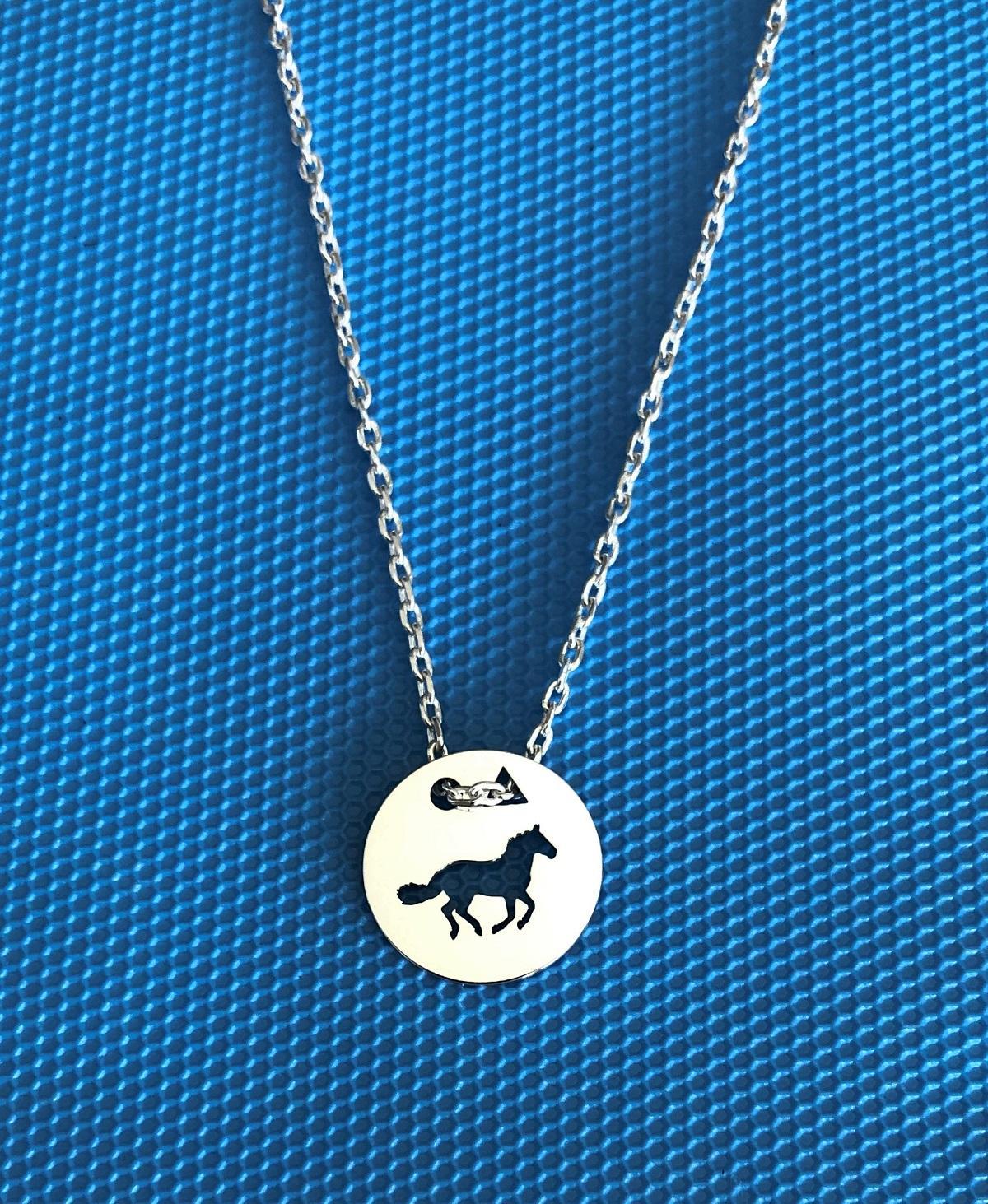Cheval galop pend f bleu